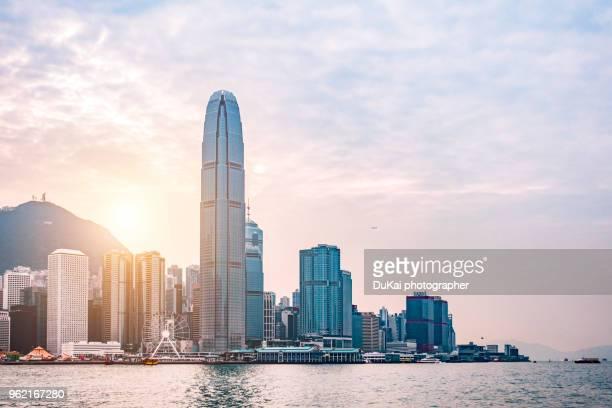 hong kong skyline - victoria harbour hong kong stockfoto's en -beelden