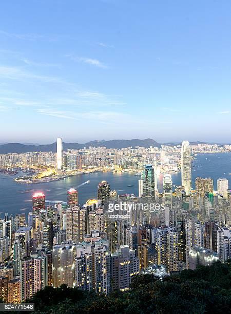 hong kong victoria harbor under blue sky - victoria harbour hong kong stockfoto's en -beelden