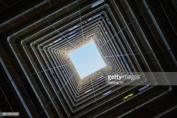 hong kong. view from directly below an old apartment building in kowloon. - obstruir - fotografias e filmes do acervo