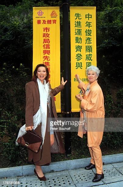 Heide Keller als Beatrice Maria Sebaldt als Kartharina Wagner ZDFSerie Das Traumschiff Folge 23 Hongkong China chinesische Schrift Schriftzeichen...