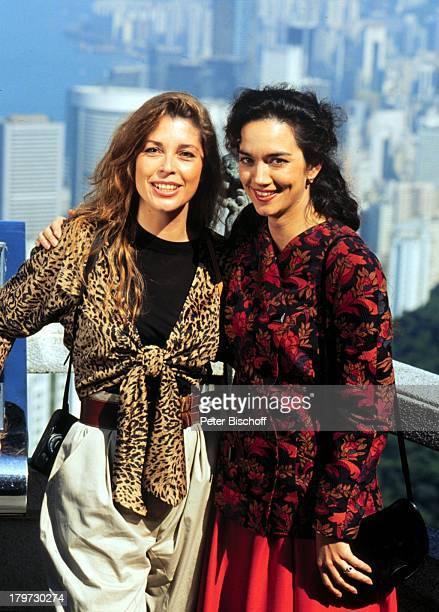 Irina Wanka als Claudia und Olivia Pascal als Annemarie Blick vom Peak auf die Skyline ZDFSerie Das Traumschiff Folge 23 Hongkong China...