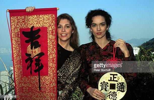 Olivia Pascal mit Irina Wanka ZDFSerie Das Traumschiff Folge 23 Hongkong China Blick vom Peak chinesische Schrift Schriftzeichen Schauspielerin...