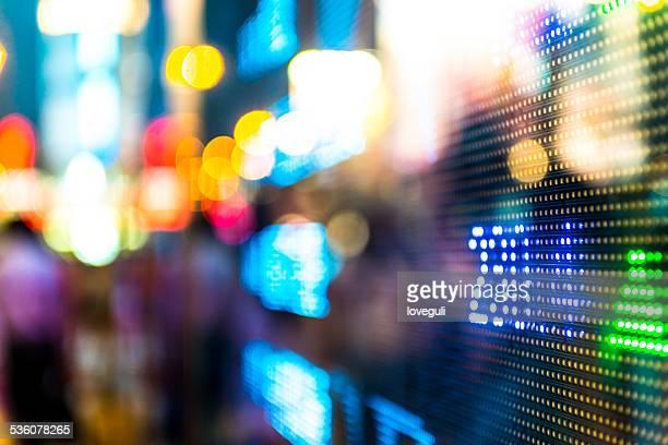 Börse von Hongkong Markt Bildschirm Bord auf der Straße.