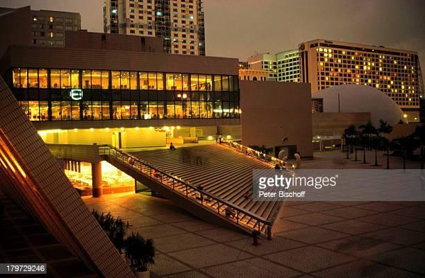 Hongkong/China Asien Reise KulturzentrumRaumfahrtmuseum im Hintergrund Kowloon Pier Nacht Licht