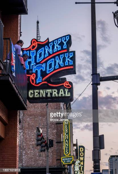 honky tonk sign on broadway - brycia james stock pictures, royalty-free photos & images