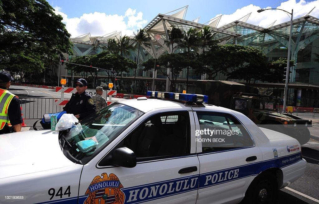 Honolulu police guard road closures arou : News Photo