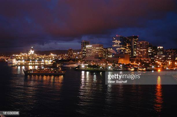 Honolulu Skyline bei Nacht Nachtaufnahme Insel Oahu Hauptstadt Hawaii USA Amerika Nordamerika Südsee Reise