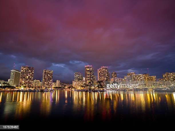ホノルルワイキキの街並み、ハーバーの夜のハワイ州(米国) - ワイキキビーチ ストックフォトと画像