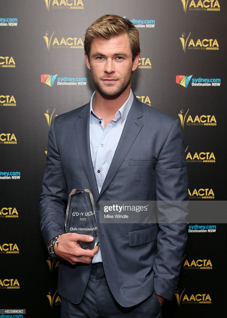 Honoree Chris Hemsworth poses with the G'Day USA award for Excellence in Film during the 2015 G'Day USA GALA featuring the AACTA International Awards presented by QANTAS at Hollywood Palladium on January 31, 2015 in Los Angeles, California.