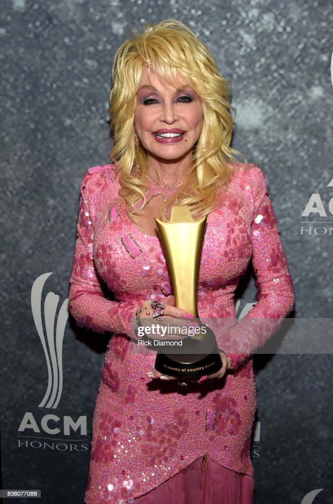 Honoree Dolly Parton poses with the Gary Haber Lifting Lives Award backstage during the 11th Annual ACM Honors at the Ryman Auditorium on August 23, 2017 in Nashville, Tennessee.