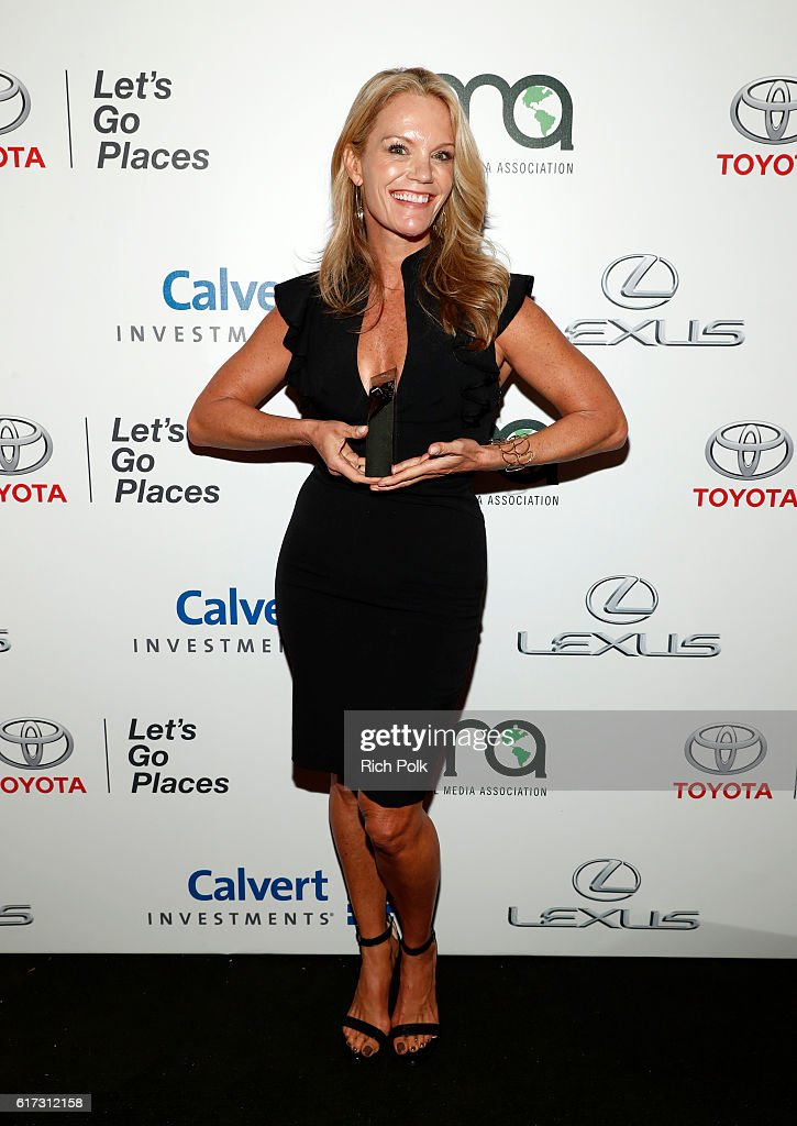 Honoree Robyn O'Brien poses with award during the Environmental Media Association 26th Annual EMA Awards Presented By Toyota, Lexus And Calvert at Warner Bros. Studios on October 22, 2016 in Burbank, California.