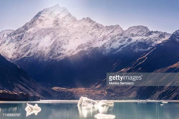 hooker lake icebergs - alpes neozelandeses fotografías e imágenes de stock