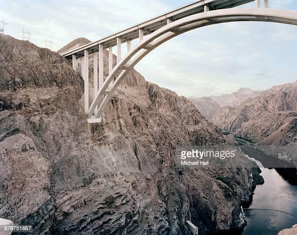 hoover dam flyover - ponte ad arco foto e immagini stock