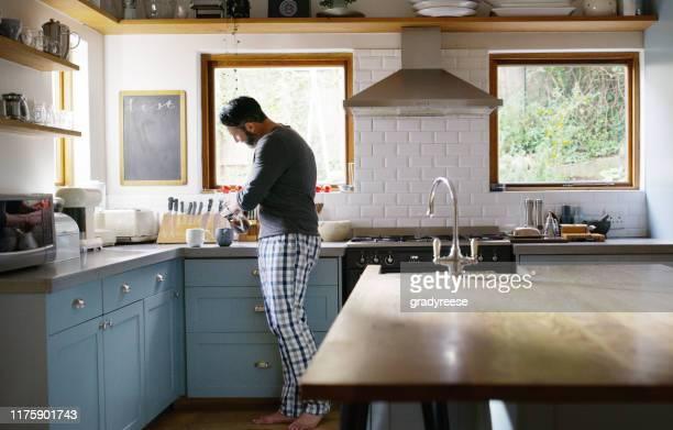spero che le piaccia avere il suo caffè a letto - cucina domestica foto e immagini stock
