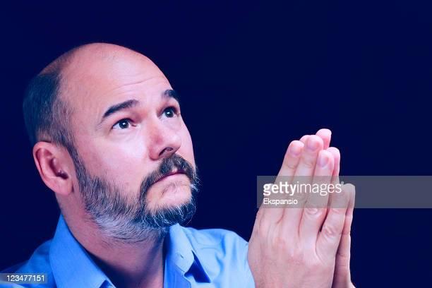 homem careca esperança com barba, rezar na atmosfera etéreo - careca imagens e fotografias de stock