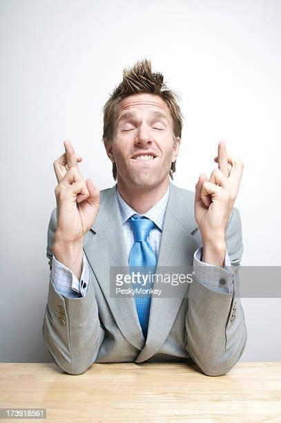 Zuversichtlich Geschäftsmann Kreuzung Finger und Schließen der Augen