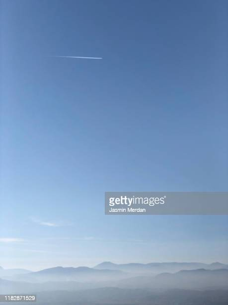 horizon with airplane on sky - céu claro - fotografias e filmes do acervo