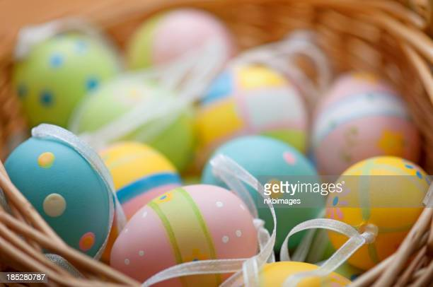 Horizontale Easter eggs in basket