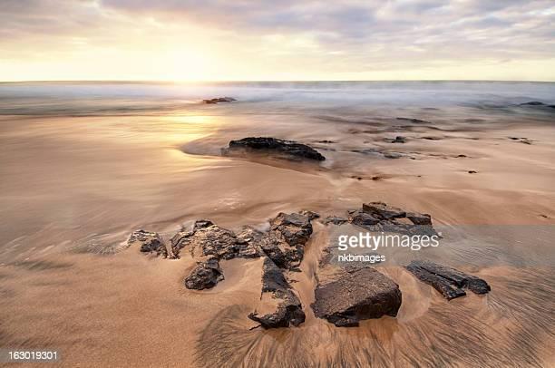 Horizontal tranquilo puesta de sol sobre la playa y al mar de paisaje
