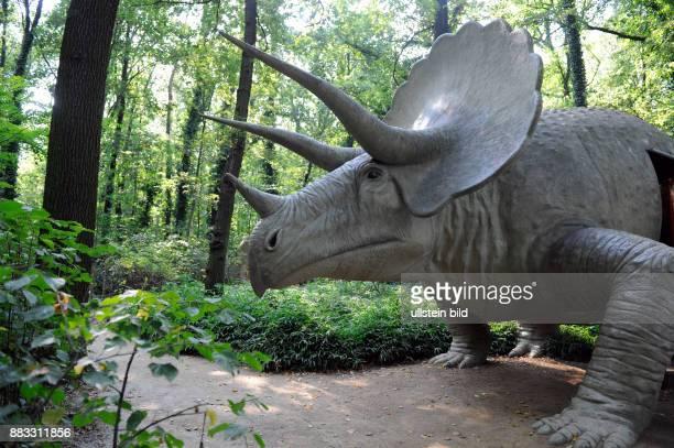 Horndinosaurier Triceratops aus Nordamerika letzter grosser Saurier der Erdgeschichte ein bis 11 m langer Pflanzenfresser lebte in der juengeren...