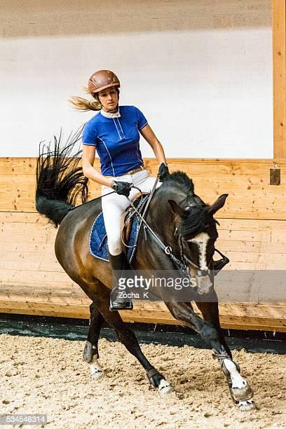 Pferd und weibliche Springreiten Fahrer auf training