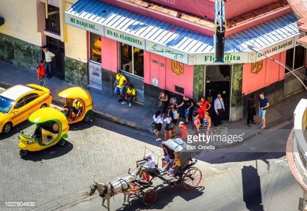 carro de caballo y coco taxi en frente el bar la floridita en la habana. cuba - cuba fotografías e imágenes de stock