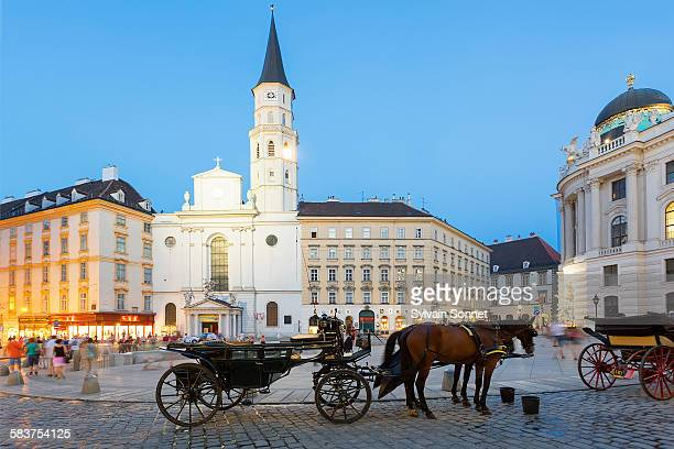 horse carriage, josefsplatz, vienna - autriche photos et images de collection