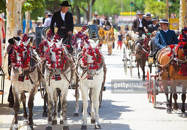 los carruajes tirados por caballos en la feria de sevilla - sevilla fotografías e imágenes de stock