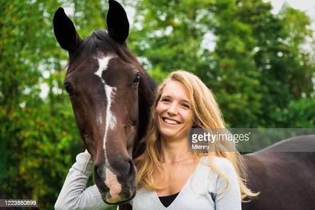 pferdeliebhaber hell lächelnd junge frau zusammen mit ihrem pferd - pferd stock-fotos und bilder