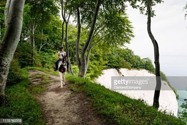 equitación en la calle klint de dinamarca - selandia fotografías e imágenes de stock