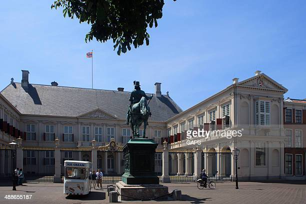 horse statue in front of noordeinde palace - noordeinde palace stock pictures, royalty-free photos & images