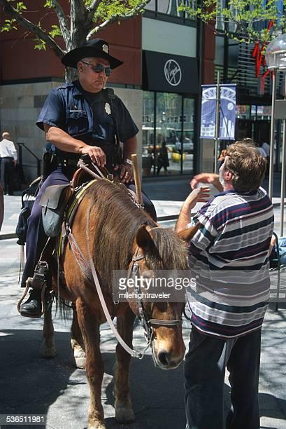 horseback denver police listens to pedestrian colorado - denver police stockfoto's en -beelden