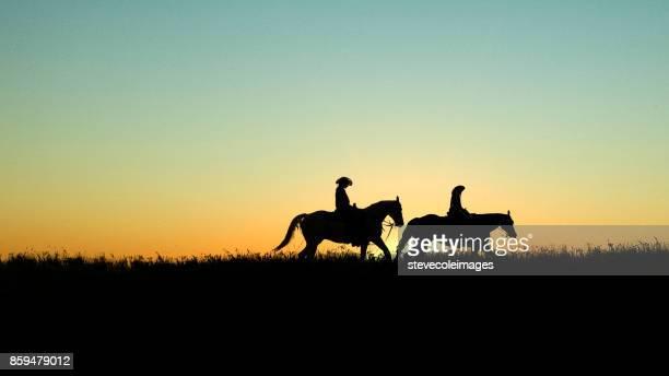 cavaleiros ao pôr do sol - cavalgar - fotografias e filmes do acervo