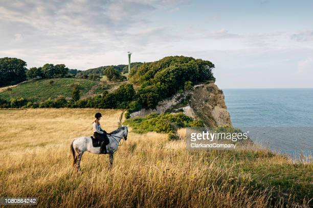 paseos a caballo en møns klint en dinamarca. - selandia fotografías e imágenes de stock