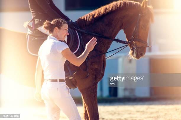 mentore a cavallo con studente - andare a cavallo foto e immagini stock