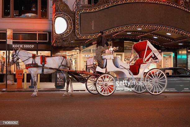 horsedrawn carriage in front of a building, new york city, new york state, usa - 四輪馬車 ストックフォトと画像