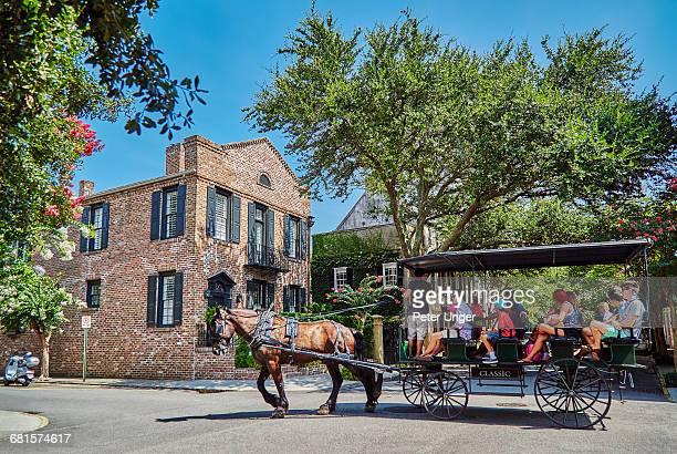 horse-drawn carriage on charleston street,usa - koets stockfoto's en -beelden