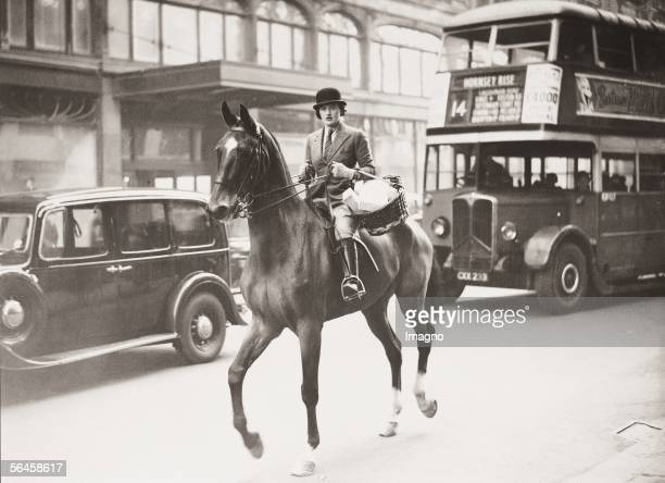 Horseride in London's inner city. A shopping tour by miss Pat Grand-Morden on Bromton road. Photography. 1937. [Die begeisterte Reiterin Miss Pat...