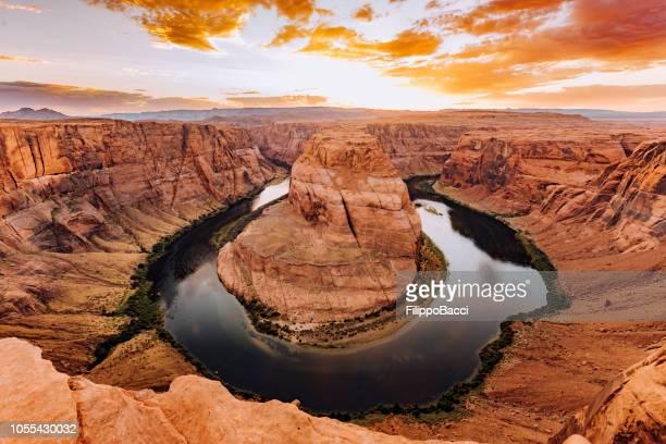 horseshoe bend during sunset - colorado river, arizona - rocha vermelha imagens e fotografias de stock