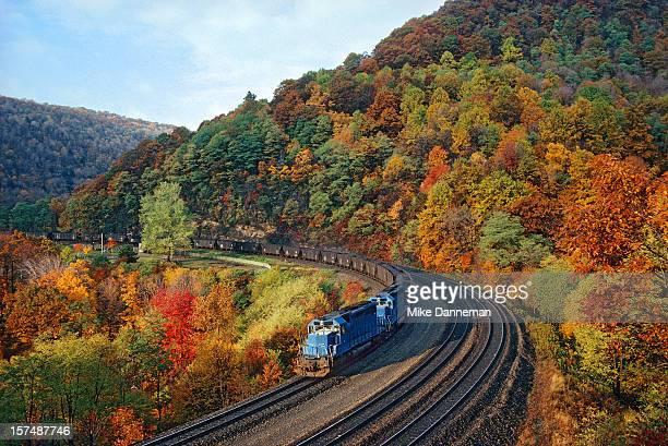 horseshoe curve autumn morning - ペンシルベニア州 ストックフォトと画像