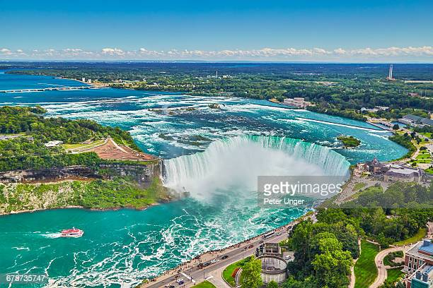 horseshoe falls with boat,niagara falls - niagara falls stock pictures, royalty-free photos & images