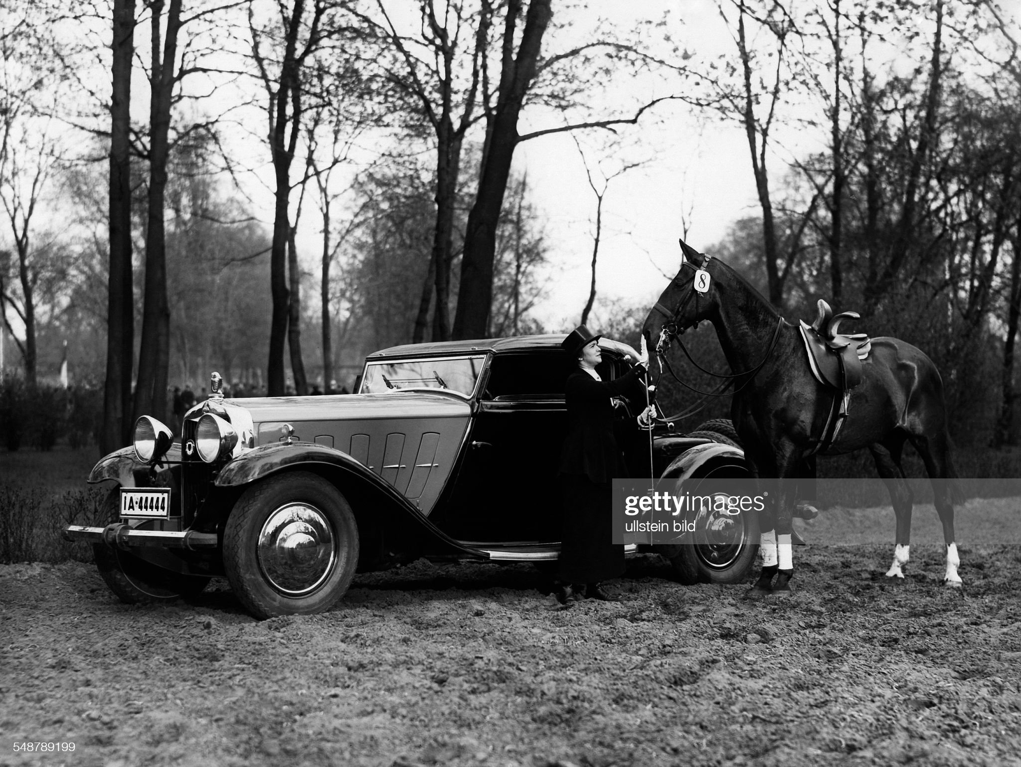 Horsewoman with her horse and her car  - Photographer: Atelier Martin Badekow - ca. 1930   Vintage property of ullstein bild : News Photo