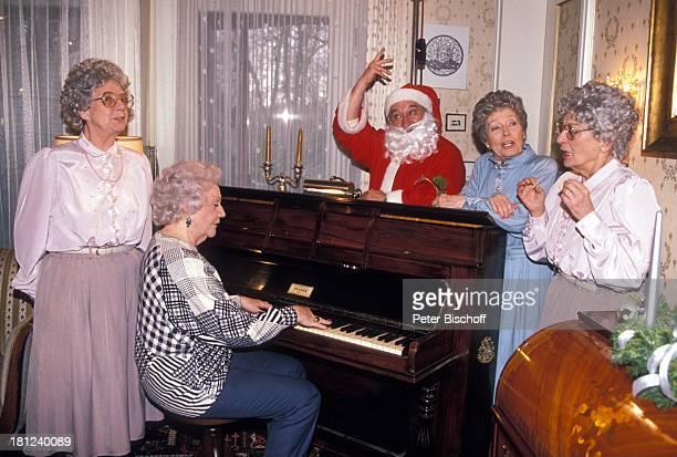 Horst Bollmann Anita Riotte Lilly Towska Karin Hardt Elisabeth Scherer ARDSpezial Ein Nikolaus für alle Fälle WeihnachtsmannKostüm Mütze Bart Klavier...