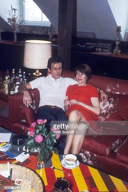 Horst Buchholz Ehefrau Myriam Bru Homestory Wohnzimmer Couch Sofa sitzen Tisch Tee Umarmung München