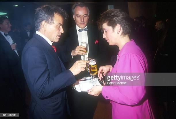 Horst Buchholz Namen auf Wunsch 70 Geburtstag von Sir Peter Ustinov Paris Frankreich Glas Getränk Bier Alkohol trinken