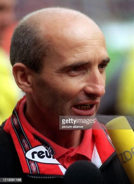 Horst Ehrmantraut, der 42jährige Trainer des Fußball-Bundesliga-Aufsteigers Eintracht Frankfurt, kommentiert das Spiel seiner Mannschaft am 22.8.1998...