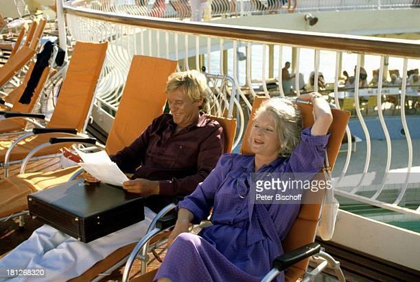 Horst Frank Elisabeth Wiedemann ZDFReihe Traumschiff Folge 2 Karibik/Barbados MS Vistafjord Liegestuhl Reling Aktenkoffer Schiff Kreuzfahrtschiff...