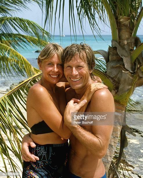 Horst Janson Barbados Karibik Urlaub Flitterwochen Hochzeitsreise umarmen BikiniOberteil Strand Palmen Meer Ehemann Schauspieler Journalistin Promi...