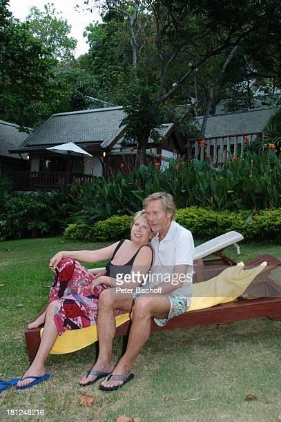 Horst Janson Ehefrau Hella Janson neben den Dreharbeiten zur ARDReihe Unter weißen Segeln Folge 6 Träume am Horizont alter Titel Am Wind ins Glück...