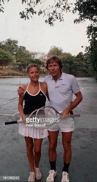 Horst Janson Ehefrau Hella Janson Tennisplatz Netz Shorts Rock Schläger Tenisschläger Turnschuhe Ehemann Schauspieler